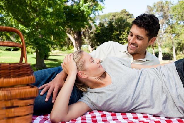 Paare, die im park picknicken Premium Fotos