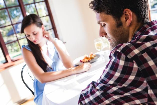 Paare, die im restaurant sich ignorieren Premium Fotos
