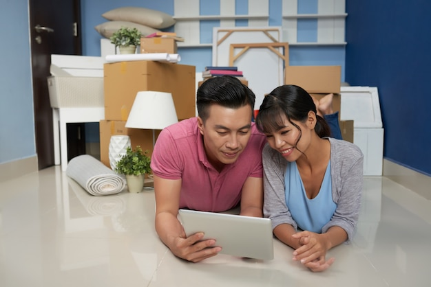 Paare, die in der neuen wohnung stillstehen Kostenlose Fotos