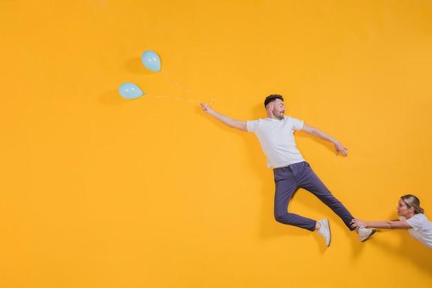 Paare, die in die luft mit ballonen schwimmen Kostenlose Fotos