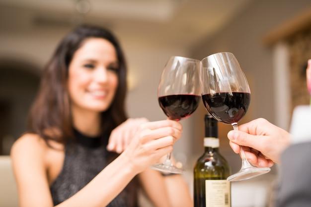 Paare, die in einem restaurant zu abend essen Premium Fotos