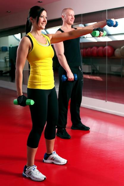 Paare, die in einer eignungsgymnastik ausarbeiten Kostenlose Fotos
