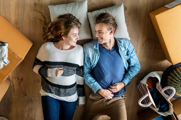 Paare, die in neues haus umziehen Premium Fotos