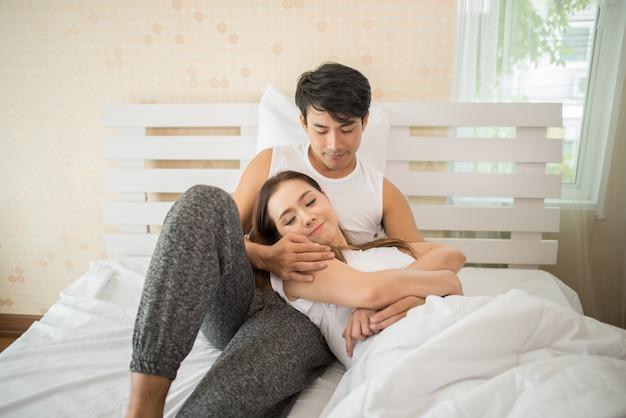 Paare, die letzte nacht morgens über etwas sprechen Kostenlose Fotos