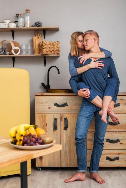 Paare, die morgens nah sind Kostenlose Fotos