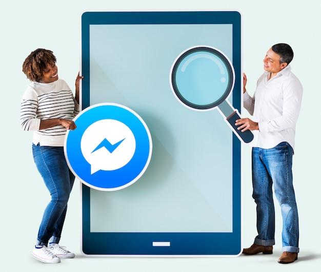 Paare, die nach facebook messenger auf einem telefon suchen Kostenlose Fotos