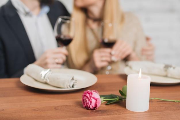 Paare, die romantisches elegantes abendessen haben Kostenlose Fotos