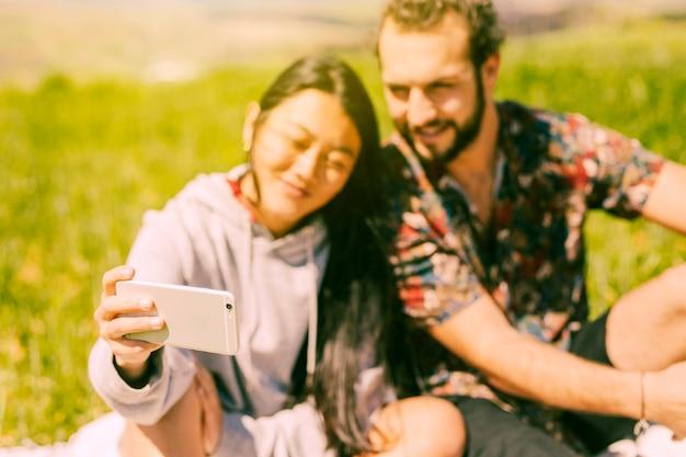 Paare, die selfie auf smartphone machen Kostenlose Fotos