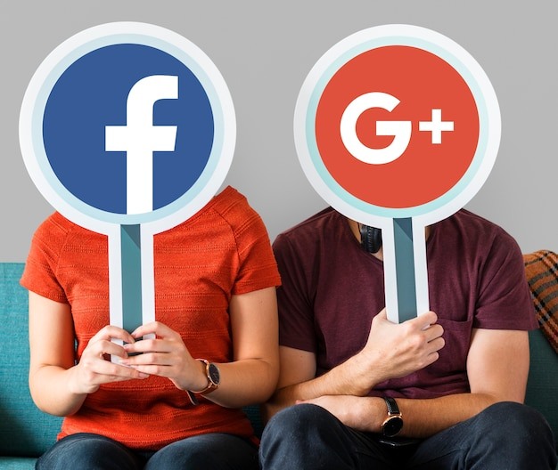 Paare, die social media-ikonen halten Kostenlose Fotos