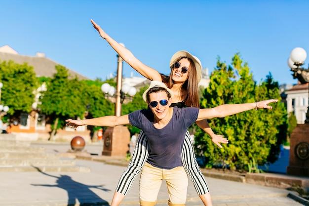 Paare, die spaß haben und besichtigen Kostenlose Fotos