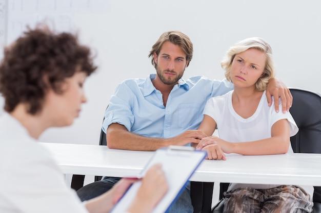 Paare, die während einer sitzung durchdacht schauen Premium Fotos