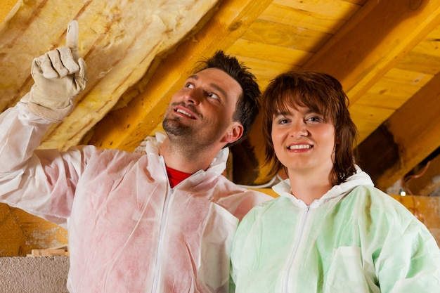 Paare, die wärmedämmung zum dach installieren Premium Fotos