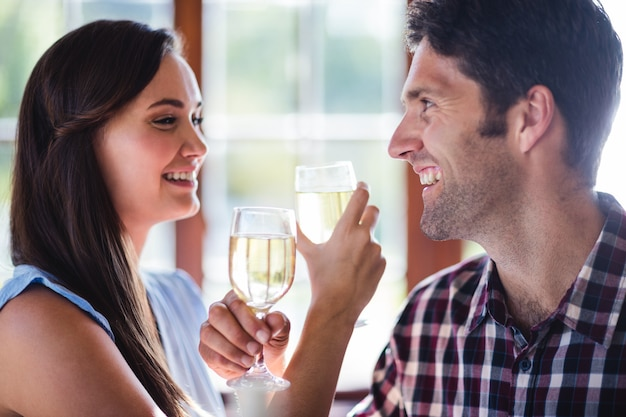 Paare, die weißwein im restaurant essen Premium Fotos