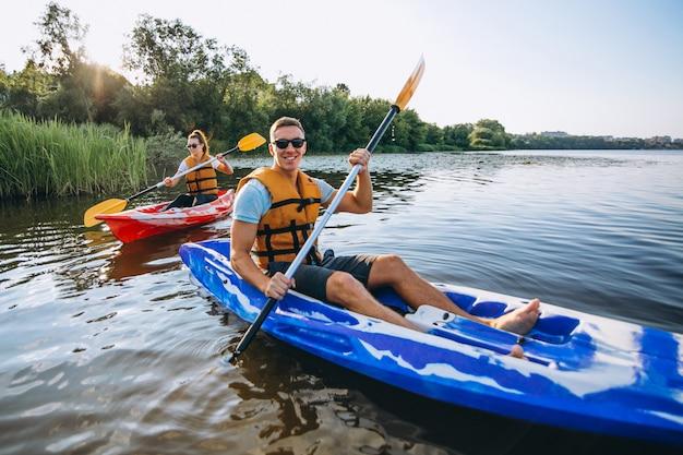 Paare, die zusammen auf dem fluss kayak fahren Kostenlose Fotos