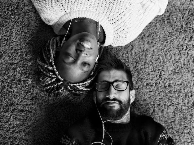 Paare, die zusammen musik hören Kostenlose Fotos