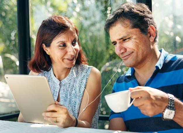 Paare, die zusammen zeit im im freienerholungsort im dschungel verbringen Premium Fotos