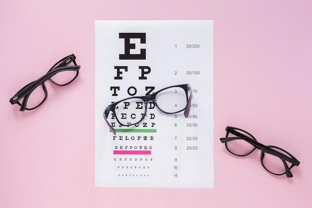 Paare gläser mit alphabettabelle auf rosa hintergrund Kostenlose Fotos