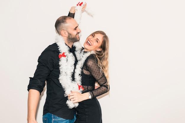 Paare im lamettatanzen an der party Kostenlose Fotos