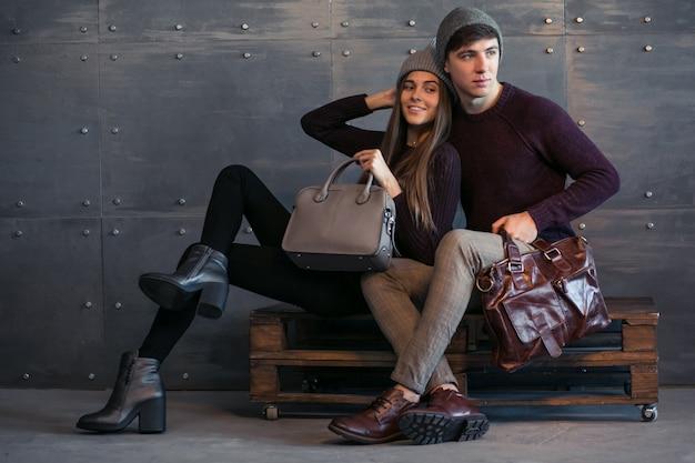 Paare in den winterstoffen im studio Kostenlose Fotos