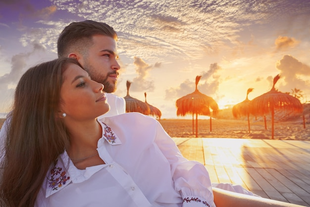 Paare jung im strandferiensonnenaufgang Premium Fotos