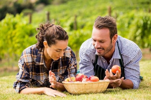 Paare mit apfelkorb am weinberg Premium Fotos