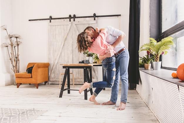 Paare oder heirat in seinem neuen haus, das durch das fenster schaut Premium Fotos