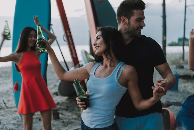 Paare tanzen am strand. afro-leute. Premium Fotos