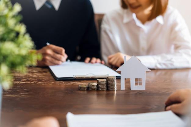 Paare unterzeichneten einen vertrag, um ein haus vom makler zu kaufen. Premium Fotos