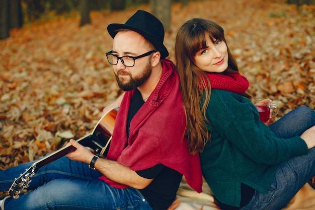 Paare verbringen zeit in einem herbstpark Kostenlose Fotos