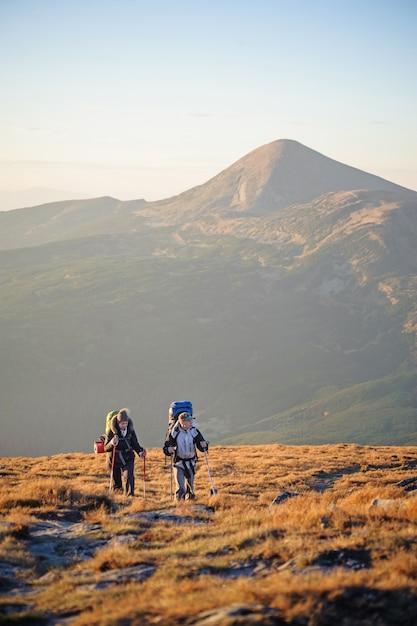 Paarwanderer in den karpatenbergen mit rucksäcken Premium Fotos