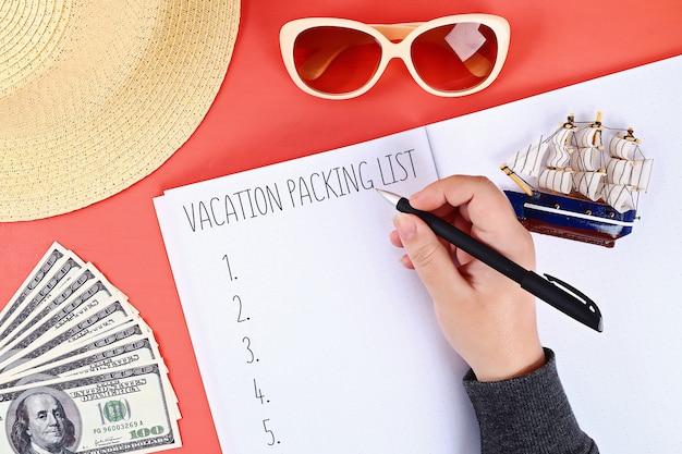 Packliste für sommerferien auf blatt des notizbuches. Premium Fotos