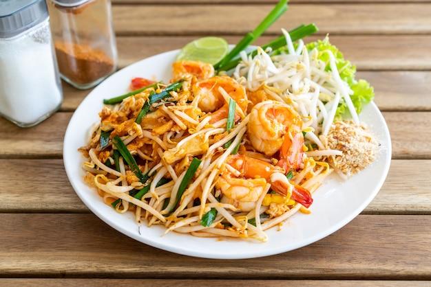 Pad thai (gebratene reisnudeln mit garnelen) Premium Fotos