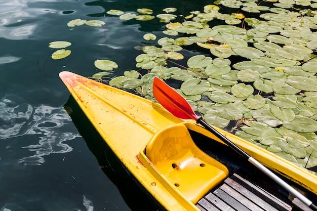 Paddelruder im gelben kanu, das auf see schwimmt Kostenlose Fotos