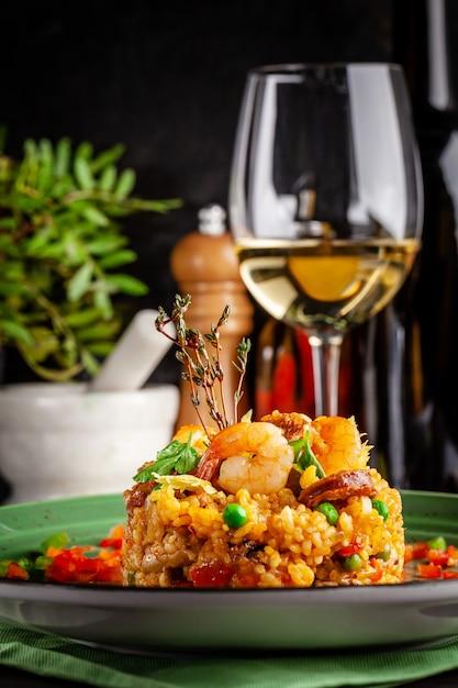 Paella mit garnelen. Premium Fotos