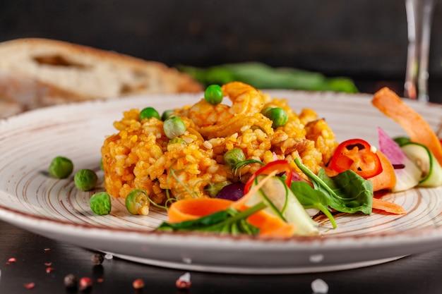 Paella mit meeresfrüchten und garnelen. Premium Fotos