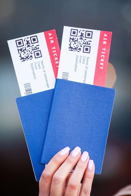 Pässe und tickets für den flug an hand der frau Premium Fotos