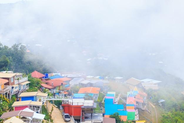 Pagode auf berg mit dem vollen landhaus des nebels und der farbe bei phu tub berk, thailand Premium Fotos