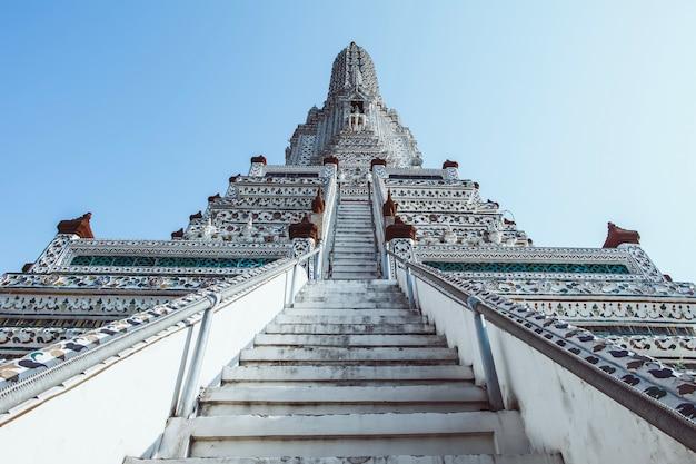 Pagode bei wat arun ratchawararam ratchaworamahawihan oder bei wat jaeng, bangkok, thailand. schön von der historischen stadt am buddhismustempel. Premium Fotos