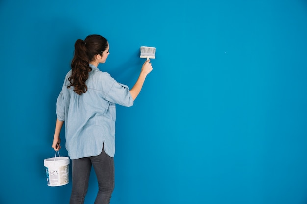 Paint-konzept mit rückansicht der frau Kostenlose Fotos