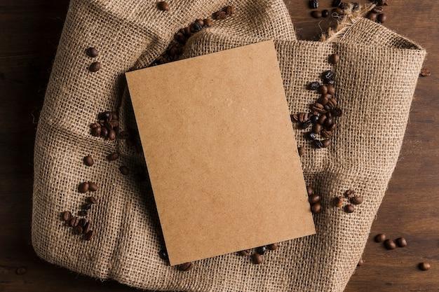 Paket und kaffeebohnen auf sackleinen Kostenlose Fotos