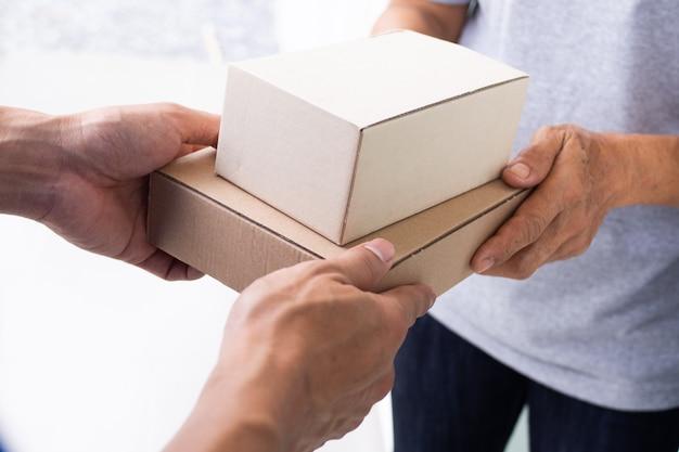 Pakete schnell an empfänger liefern, Premium Fotos