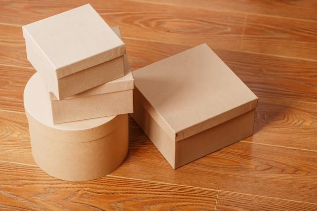 Pakete von paketen auf einem hölzernen hintergrund, freier raum. Premium Fotos