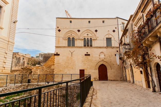 Palazzo montalto und magna grecia ruinen, ortigia Premium Fotos