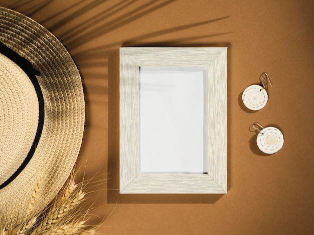 Palm shadows mit hut und sonnenbrille Kostenlose Fotos