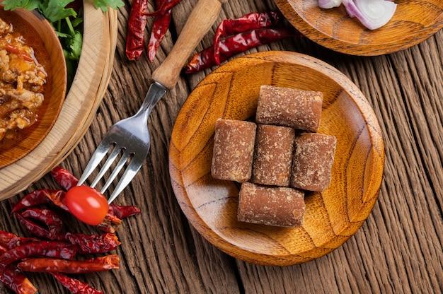 Palmzucker, rote zwiebeln, getrocknete paprika, tomaten, gurken, lange bohnen und salat in einer schüssel. Kostenlose Fotos