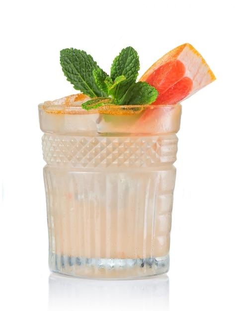 Pampelmusenalkoholcocktail mit dem gin lokalisiert auf weiß Premium Fotos