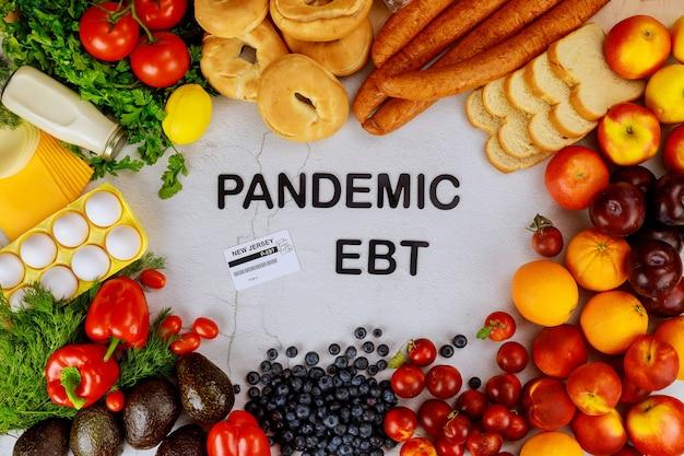 Pandemisches nahrungsmittelleistungsprogramm. obst und gemüse mit text. Premium Fotos