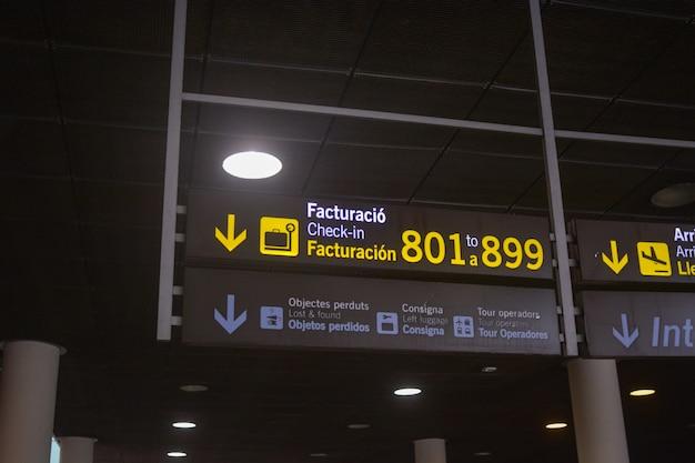 Panel of boarding gates eines internationalen flughafens. Premium Fotos