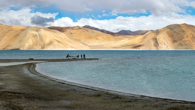 Pangong see mit berg und blauem himmel, leh ladakh, indien Premium Fotos