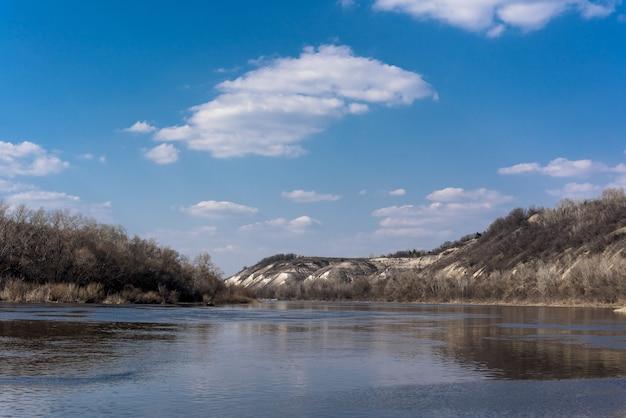 Panorama des flusses. breiter kanal, blauer himmel. bergufer Premium Fotos